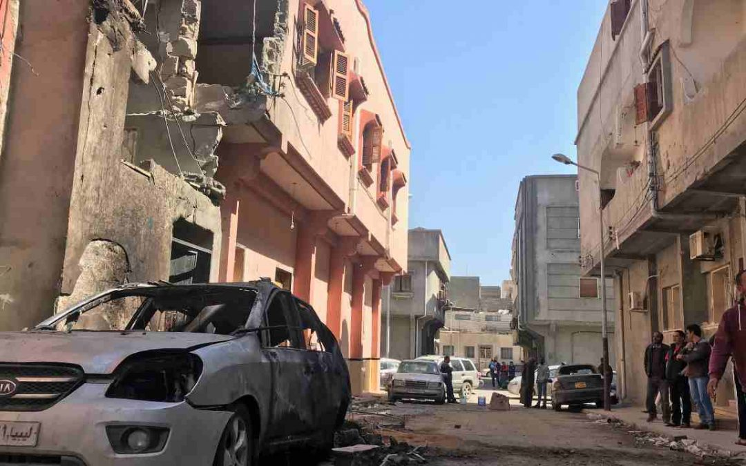Cinque civili morti durante un raid al centro di Tripoli. Alcuni razzi anche nei pressi del cimitero italiano.